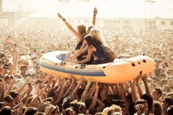 inflatable-raft-crowd-surfing4